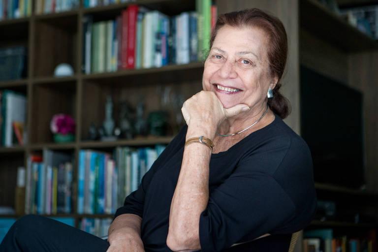 A escritora e jornalista Ana Maria Machado em sua casa, no bairro do Leblon, no Rio