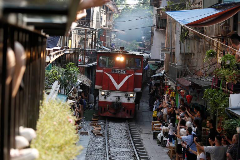 Hanói fecha cafés em ferrovia que atrai multidões de turistas em busca de selfies