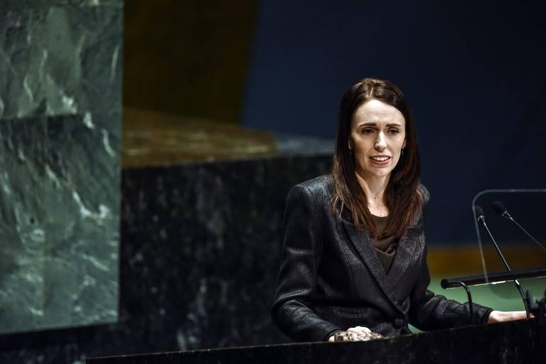 Jacinda Ardern discursa de pé na Assembleia Geral da ONU, em Nova York