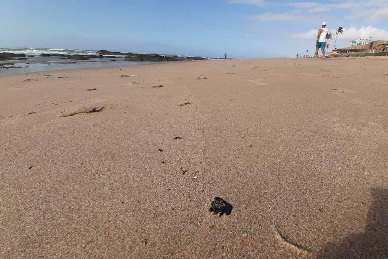 Pelotas de óleo que suja praias do Nordeste são vistas na praia de Jaguaribe, em Salvador
