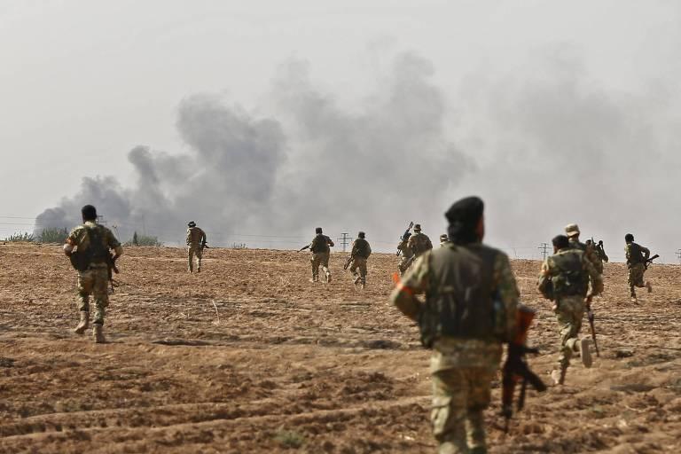 Rebeldes apoiados pela Turquia na fronteira com a Síria durante ofensiva militar