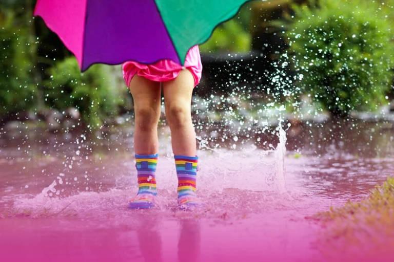 imagem de criança na chuva