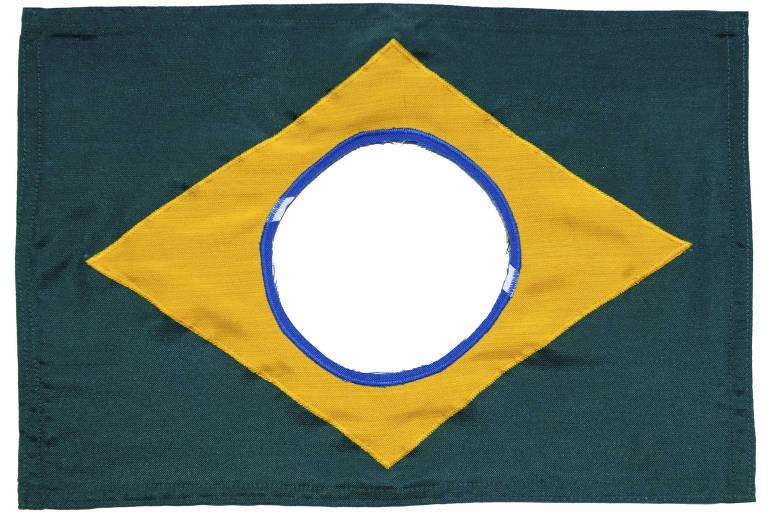 Obra do artista Raul Mourão que traz uma bandeira do Brasil feita em tecido; o círculo azul ao centro está vazio