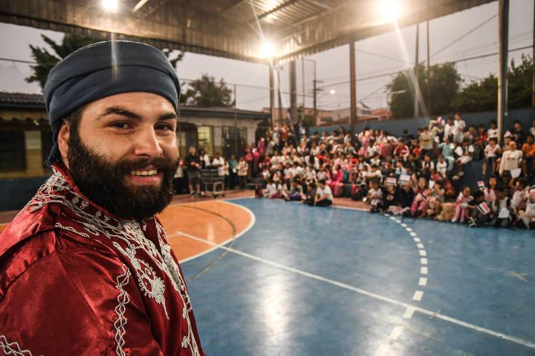 O sírio Abdo Jarour dá palestra para crianças de 11 e 12 anos em uma escola pública de São Paulo, a EMEF General Osório
