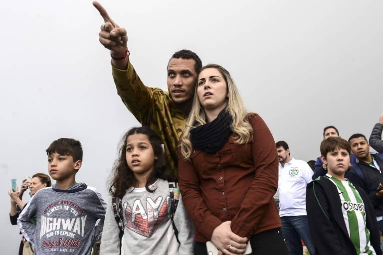 Com a família, Neto visita local do acidente com o avião da Chapecoense, em que foi um dos sobreviventes