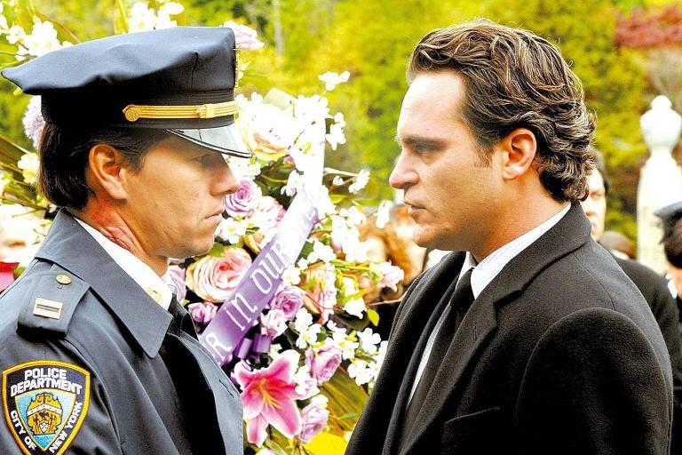 """Os atores Mark Wahlberg (policial) e Joaquin Phoenix em cena do longa-metragem """"Os Donos da Noite"""""""