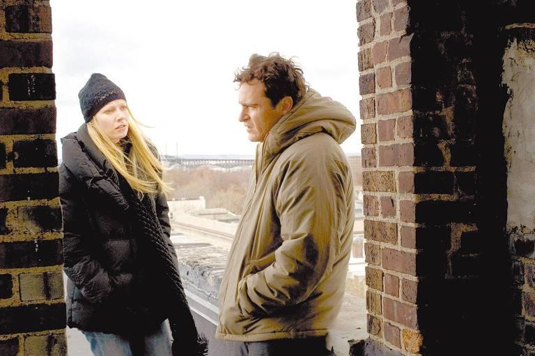 Os atores Gwyneth Paltrow e Joaquin Phoenix em cena de `Amantes' (2008), de James Gray
