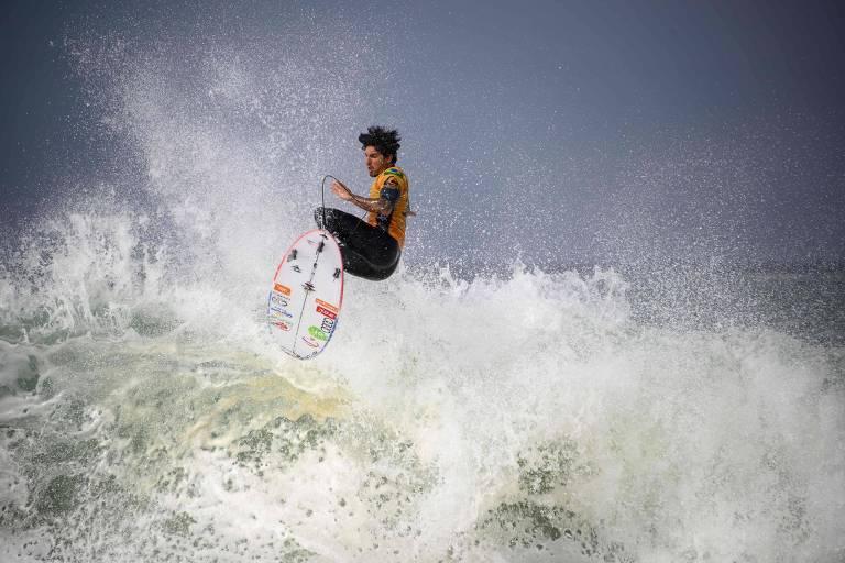 Já na etapa de Hossegor (França), o surfista teve um desempenho abaixo do esperado e foi eliminado nas oitavas de final, mas permaneceu na liderança da classificação