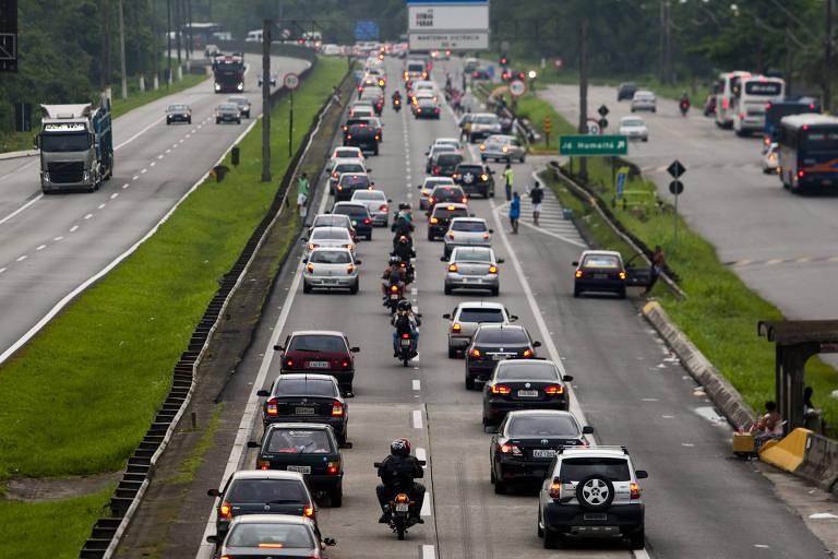 Motoristas enfrentam congestionamento na Rodovia Padre Manoel da Nóbrega, no Km 74, na altura do pedágio, em São Vicente