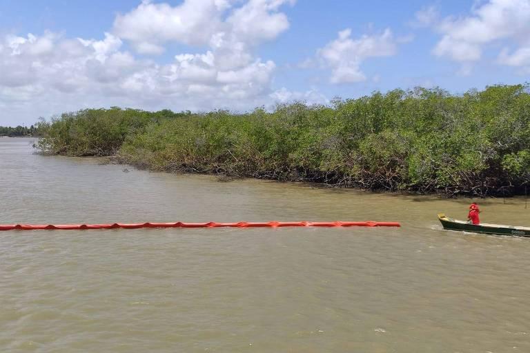 Barreiras de contenção são instaladas na foz do rio Sergipe