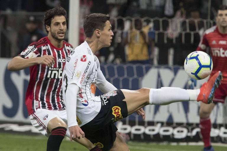 Hudson e Mateus Vital durante o Majestoso do primeiro turno do Brasileirão, vencido pelo Corinthians por 1 a 0, com gol de Pedrinho