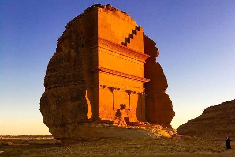 Antiga construção em uma rocha