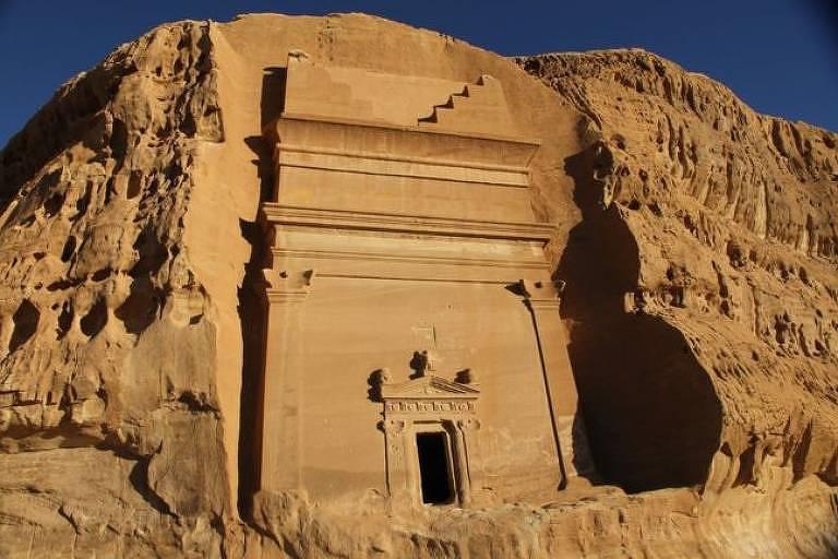 Porta de entrada para uma construção em uma pedra