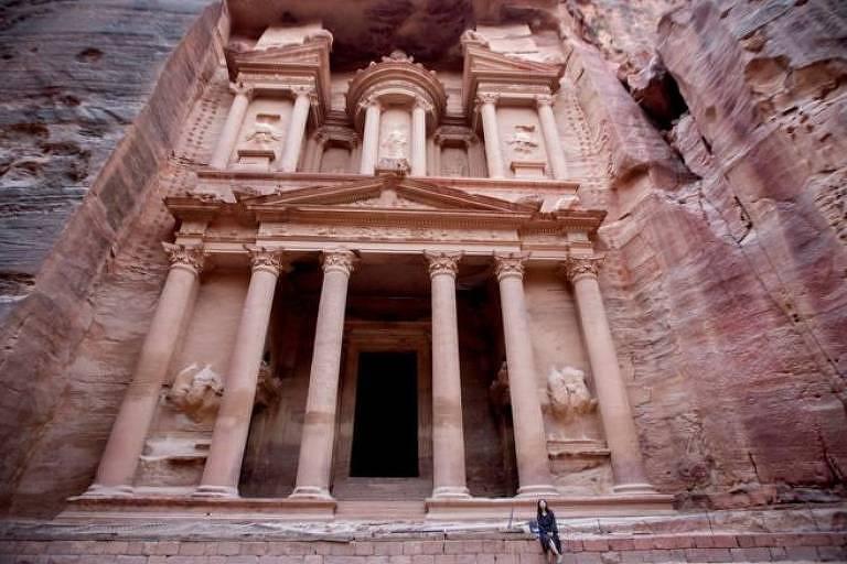 Entrada com colunas do Petra
