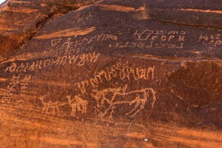 Inscrições de civilizações antigas feitas em rochas.