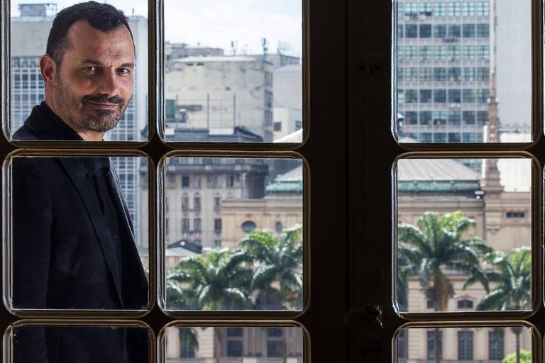 O secretário municipal de Cultura, Alê Youssef, com o Theatro Municipal de São Paulo ao fundo