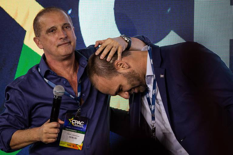 Onyx afaga o deputado Eduardo Bolsonaro neste sábado (12) na Cpac