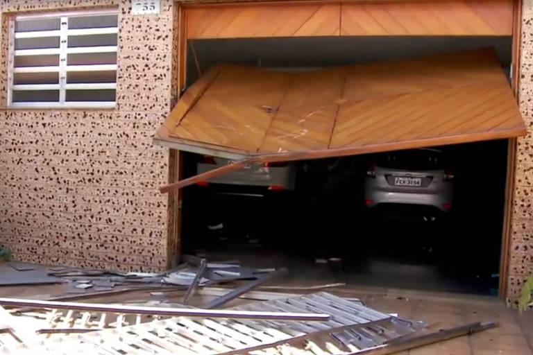 Carro do jogador Ralf  invade garagem de uma casa no Bairro Água Rasa, zona leste da cidade