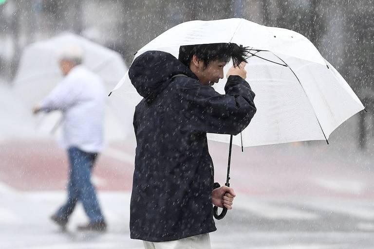 Tufão de fortes proporções paralisa Tóquio