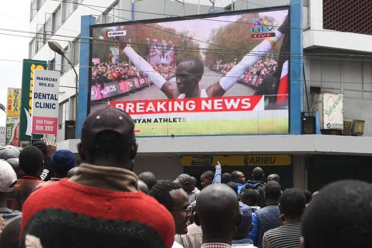 Quenianos celebram nas ruas feito de Kipchoge em maratona