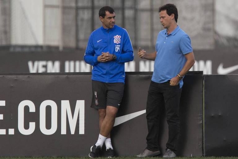 Fernando Diniz (à dir.) conversa com Fábio Carille no CT do Corinthians, quando o atual treinador do time alvinegro ainda era auxiliar de Tite