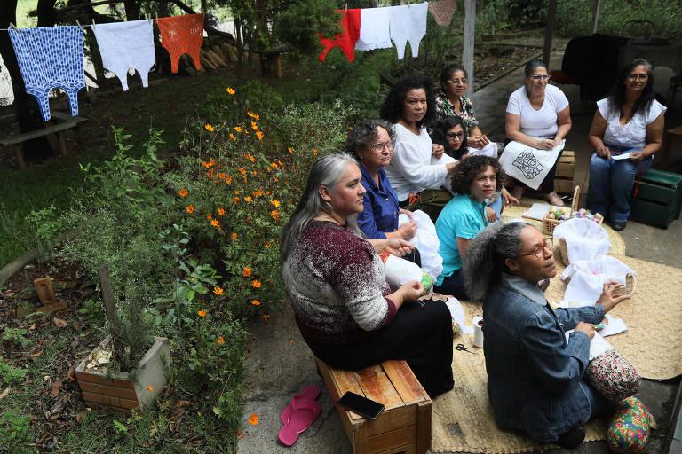 Comunidades de artesãs. Mulheres rendeiras trabalham no fundo do atelier na aldeia de Carapicuíba