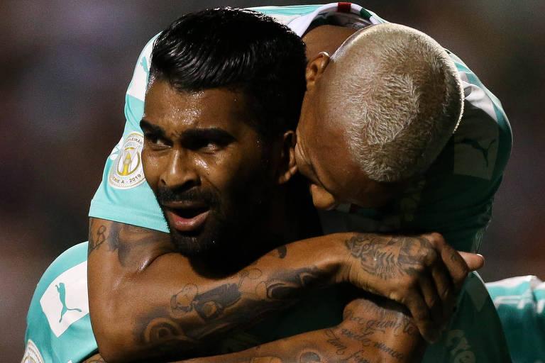 O volante Thiago Santos é abraçado pelo atacante Deyverson após marcar o gol da vitória do Palmeiras sobre o Botafogo, no estádio do Pacaembu.