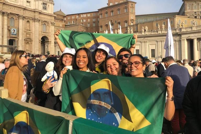 Grupo de Salvador que chegou na fila do Vaticano às 6h da manhã. A médica Marília Sentges (segunda da direita para a esquerda) teve sua carteira de trabalho assinada por Irmã Dulce