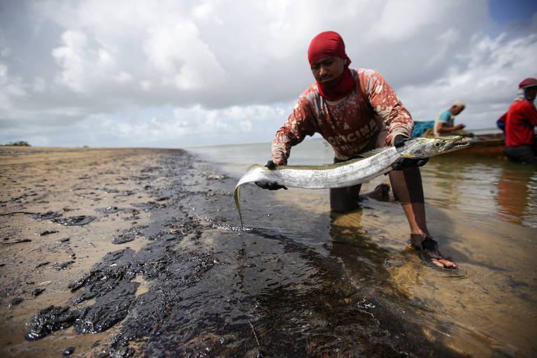 Pessoa tirando peixe do mar
