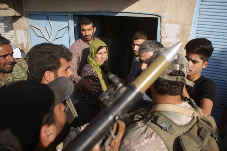 Familiares de combatentes do Estado Islâmico escapam de campo na Síria