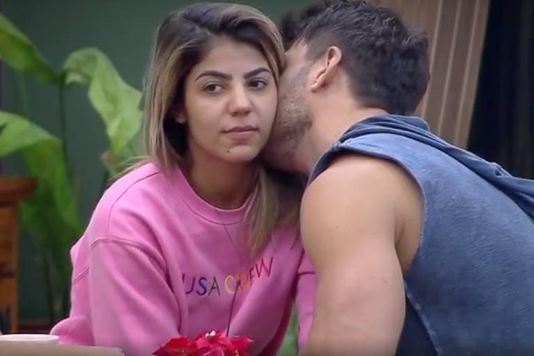 Lucas presenteia Hariany com flores, e ela aceita pedido de namoro