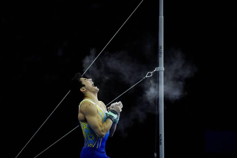 Arthur Nory comemora após apresentação na barra fixa, no Mundial de ginástica, em Stuttgart