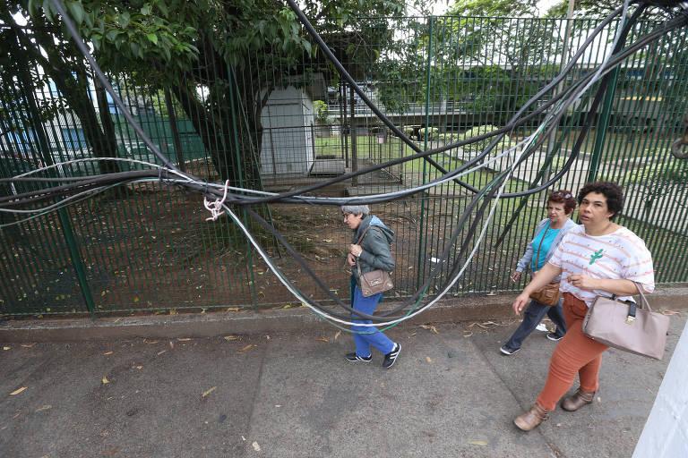 O Agora faz o Vigilante Semanal sobre as condições das fiações da cidade de São Paulo. Na avenida Prefeito Passos, no Glicério, há vários fios soltos