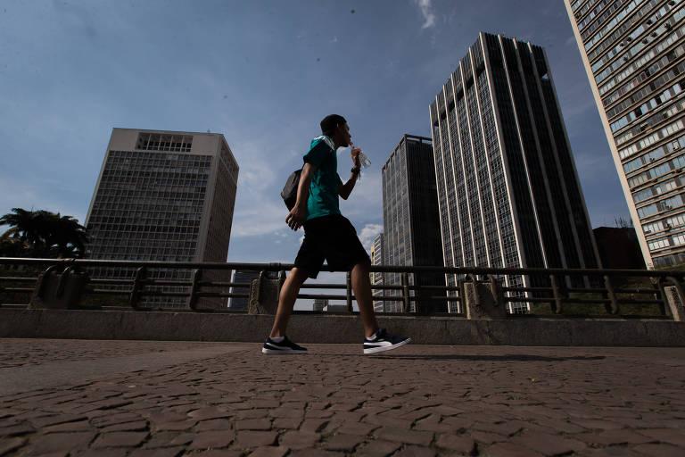 Paulistano se hidrata em dia de sol e calor no viaduto do Chá, na região central de São Paulo