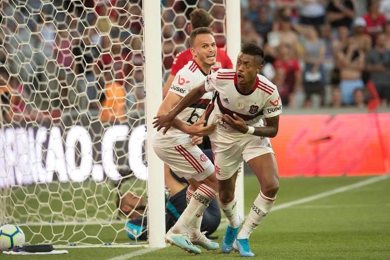 Bruno Henrique e Renê saem para comemorar o segundo gol do Flamengo.