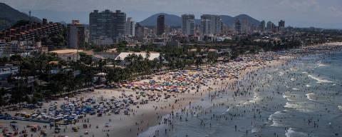 SAO PAULO, SP, BRASIL, 01-01-2018: Banhistas aproveitam dia de sol na praia de Enseada, no Guaruja, Litoral sul de Sao Paulo. (Foto: Eduardo Anizelli/Folhapress, COTIDIANO)