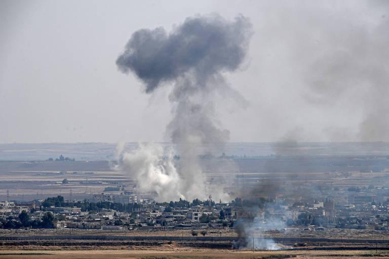Fumaça de bombardeio turco sobre a cidade síria de Ras al-Ain, na fronteira dos dois países