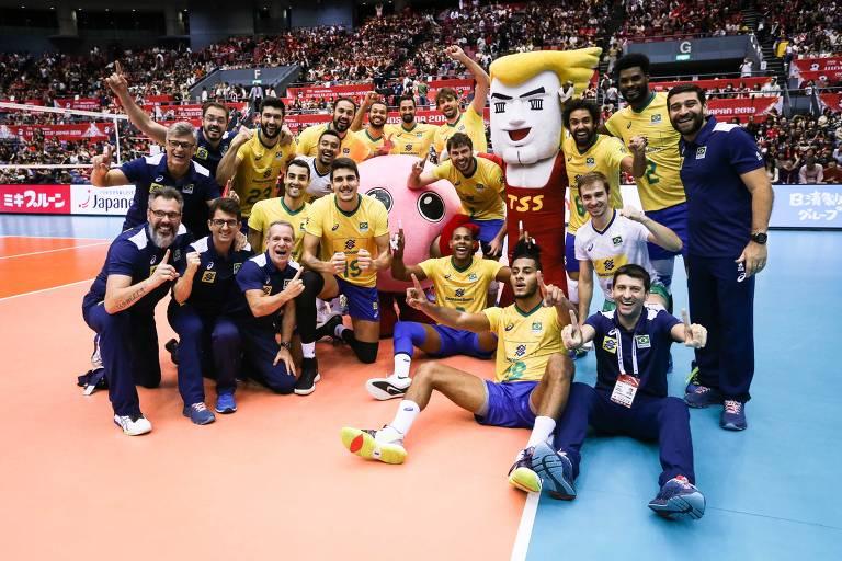 Delegação brasileira comemora o título da Copa do Mundo de vôlei no Japão