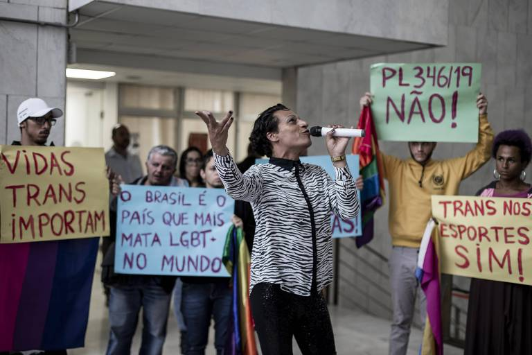 Protesto na entrada da Assembleia Legislativa de São Paulo, contra a aprovação do projeto de lei que limita a atuação de trans no esporte paulista