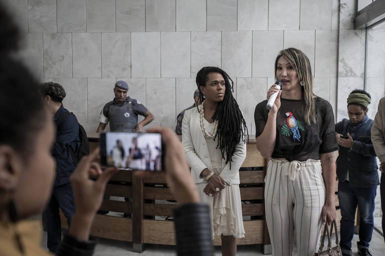 Tifanny discursa ao lado da deputada Erica Malunguinho (PSOL) durante ato na Assembléia Legislativa de São Paulo