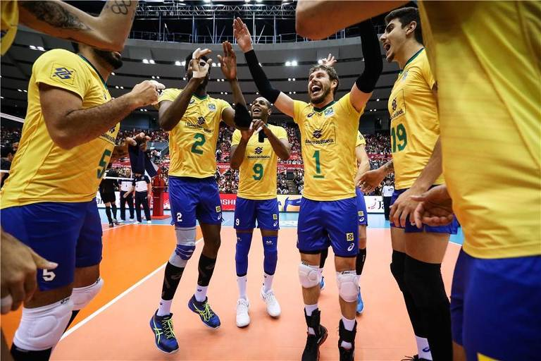 Jogadores da seleção brasileira comemoram o título da Copa do Mundo de vôlei, disputada no Japão