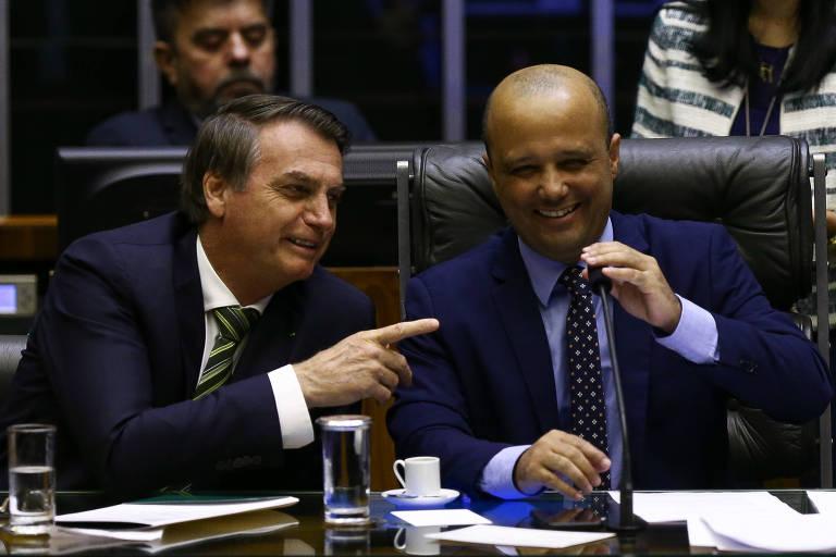 O presidente Jair Bolsonaro, com dedo apontado, ao lado do líder do governo na Câmara, deputado Major Vitor Hugo (PSL-GO)