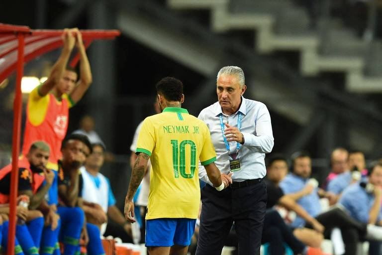 Neymar é substituído em amistoso da seleção brasileira contra a Nigéria após sentir lesão