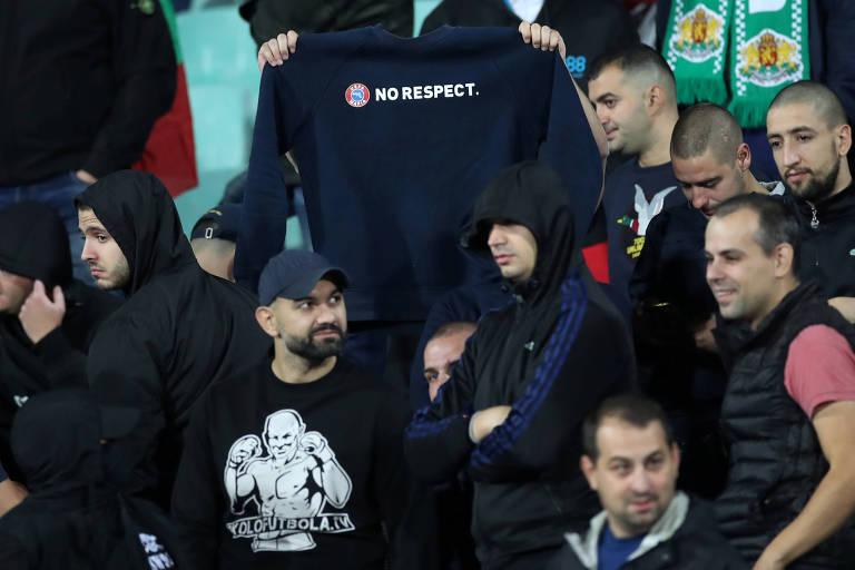 Torcedores da Bulgária ironizam campanha da Uefa que prega respeito nos estádios