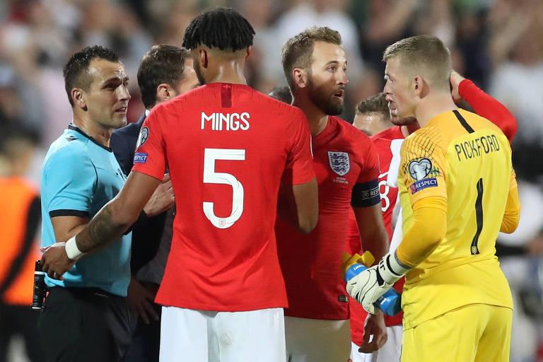 Jogadores ingleses conversam com a arbitragem após ofensas racistas de torcedores
