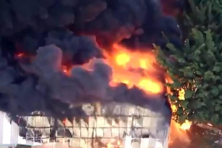 Incêndio atinge galpão da escola de samba Independente Tricolor, na zona norte de São Paulo