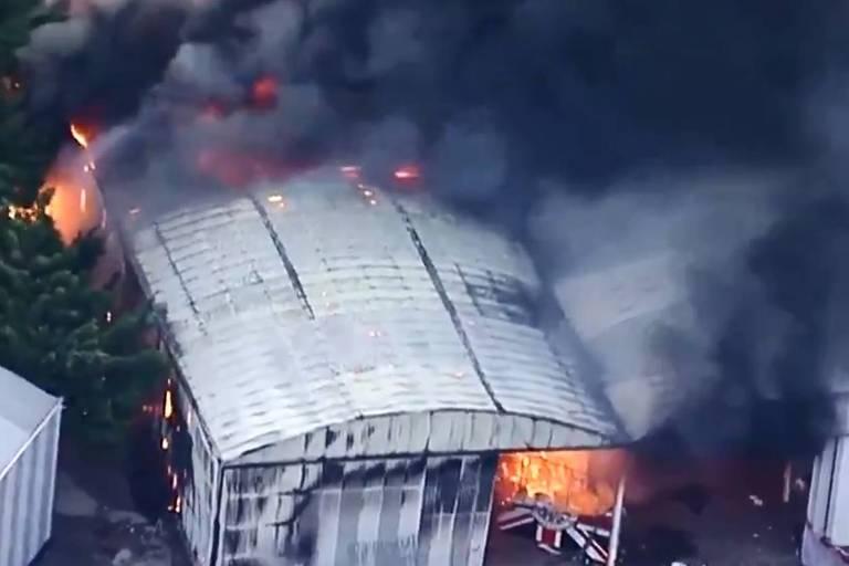 Incêndio atinge galpão da escola de samba Independente Tricolor, na zona norte de São Paulo; é possível ver o logo da escola na porta do galpão