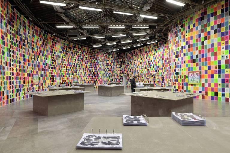 """Sala da mostra """"I Heart John Giorno"""", de Ugo Rondinone, que entrou em cartaz em Paris, em 2015"""