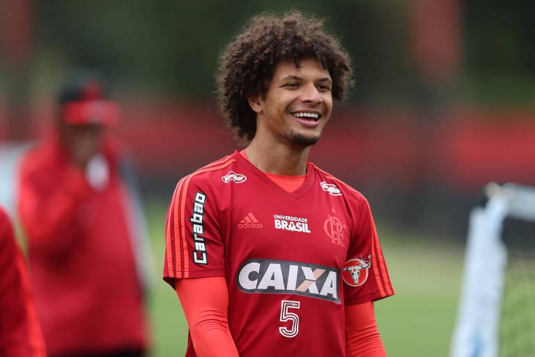 O volante rubro-negro Willian Arão leva mais perigo ao goleiro adversário do que todos os jogadores do ataque corintiano