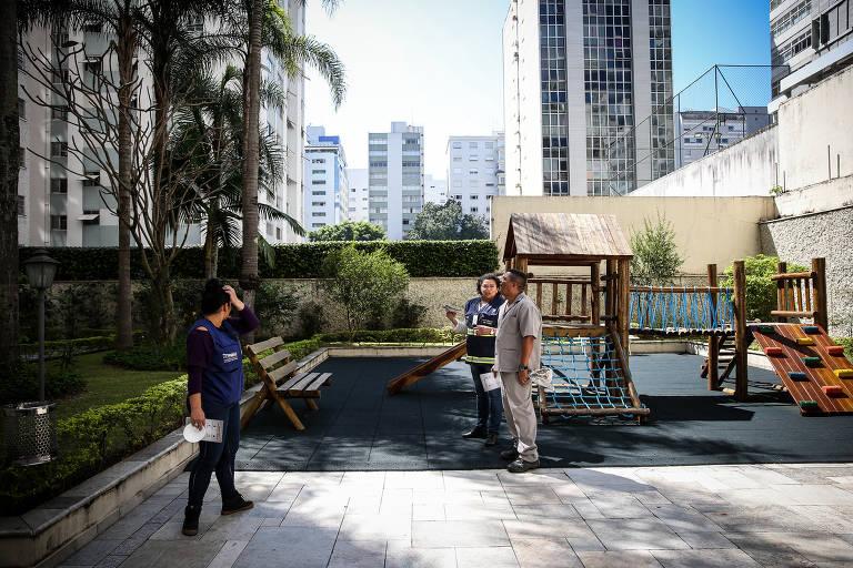 Agentes de zoonoses da Prefeitura de São Paulo fazem ação casa a casa em  Higienópolis, região central da cidade